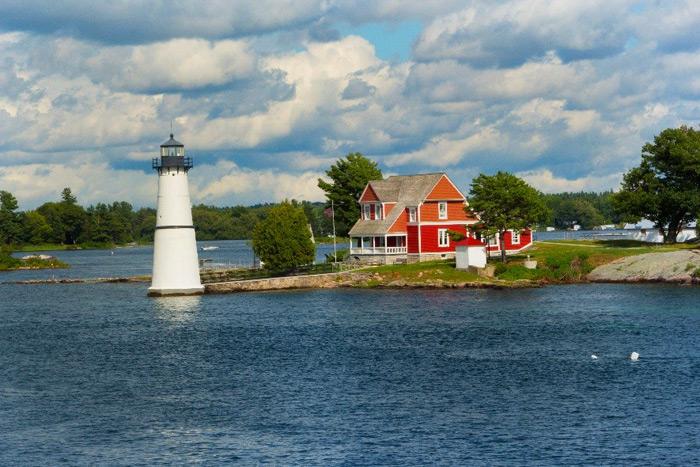 """שייט מהנה באלף האיים בנהר לורנס, על גבול קנדה וארה""""ב"""