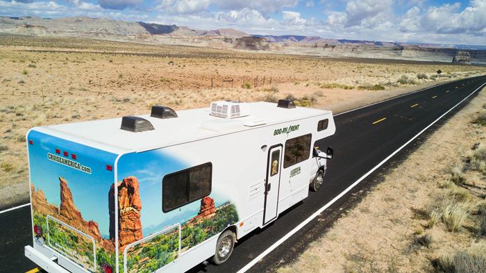 קרוואן אמריקאי הוא גדול ומותאם לנסיעה בכבישים רחבים