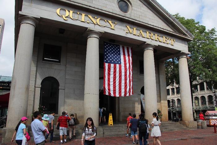 שוק האוכל המקורה בבוסטון Quincy Market הוא מקום טוב לאכול בעיקר פירות ים