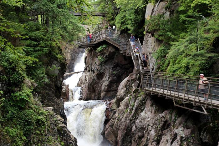 High Fall Gorge מסלול הליכה בקניון מעל מפלים שוצפים בהרי האדירונדק