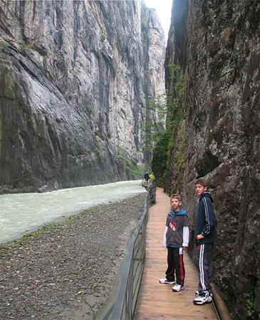 מסלול הליכה בקניון הארה שוויץ