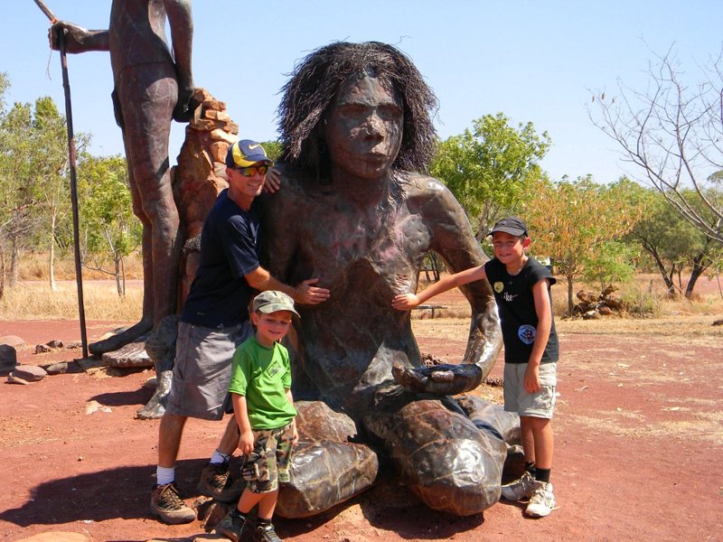 פסלי ברונזה אבוריג'יניים בפארק Warriu Dreamtime Park ליד Wyndham בצפון מערב אוסטרליה