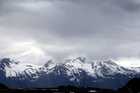 נוף הרים מושלגים באלסקה