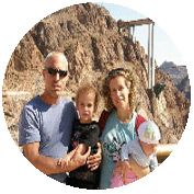 משפחה מטיילת בקרוואן