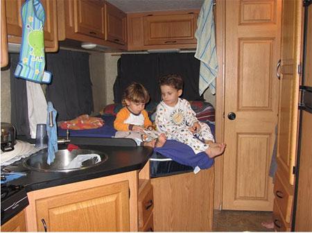 שני ילדים קטנים בתוך קרוואן אמריקאי