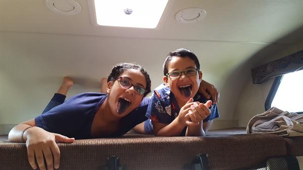 הילדים במיטה העליונה בקרוואן