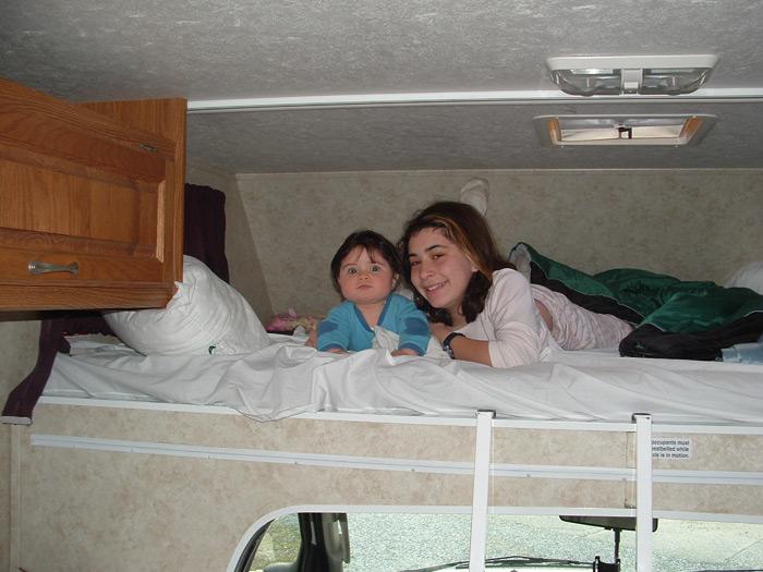 ילדים במיטה עליונה בקרוואן