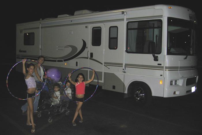 הבנות רוקדות בטיול קרוואנים בגרנד קניון