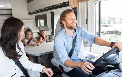 משפחה מטיילת בדרכים עם מוטורהום