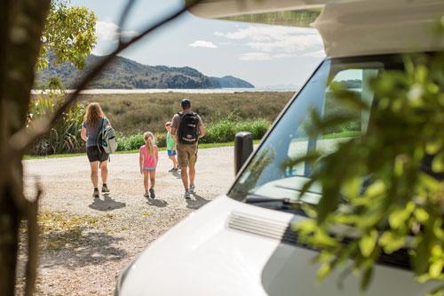 משפחה מטיילת בטבע