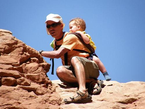 תינוק במינשא גב לטיולים
