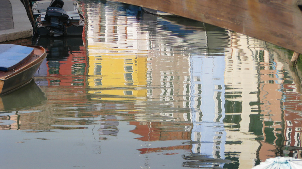 השתקפויות הבתים הצבעוניים של לוצרן במימי האגם