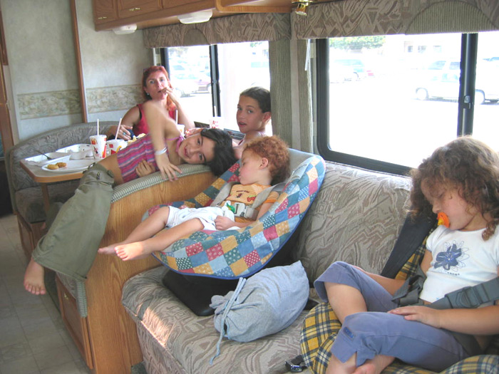 טיול משפחתי בקליפורניה בקרוואן אוטובוס מפואר