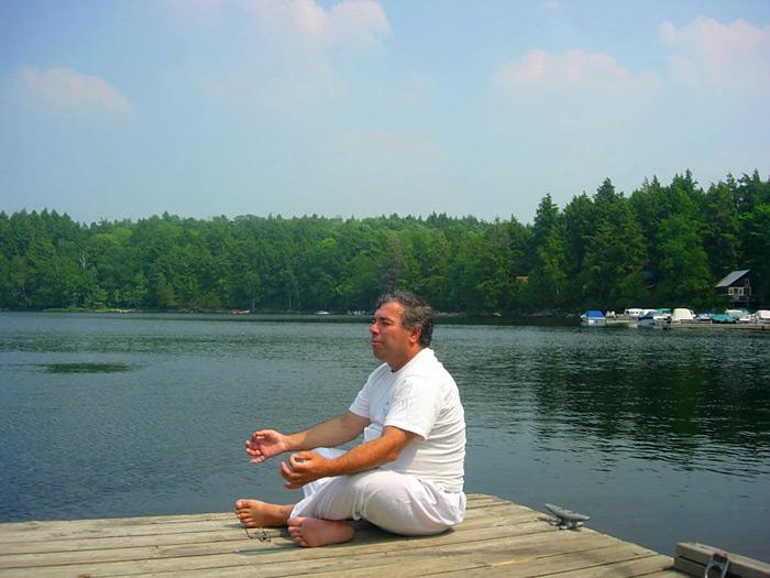 איזה כיף לעשות מדיטציה על שפת האגם המרהיב