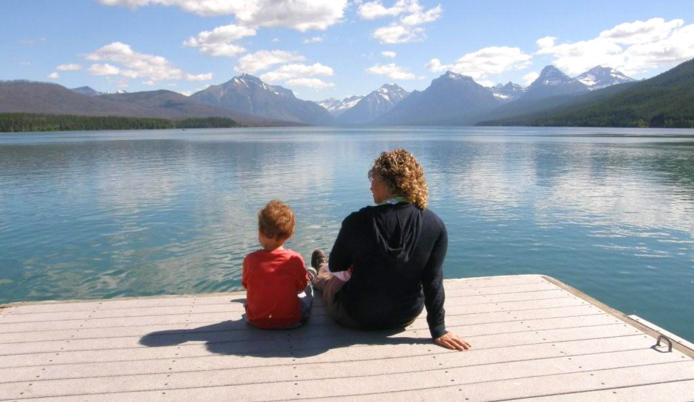 תופסים רגע של ביחד מול אגם כחול בקנדה