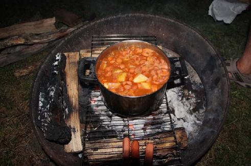 """טיול קרוואנים בארה""""ב, מבשלים בשר בפויקה לארוחת ערב"""