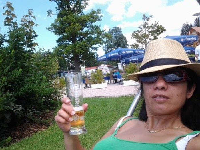 מסיימים את היום על כוס בירה קרה בקמפינג
