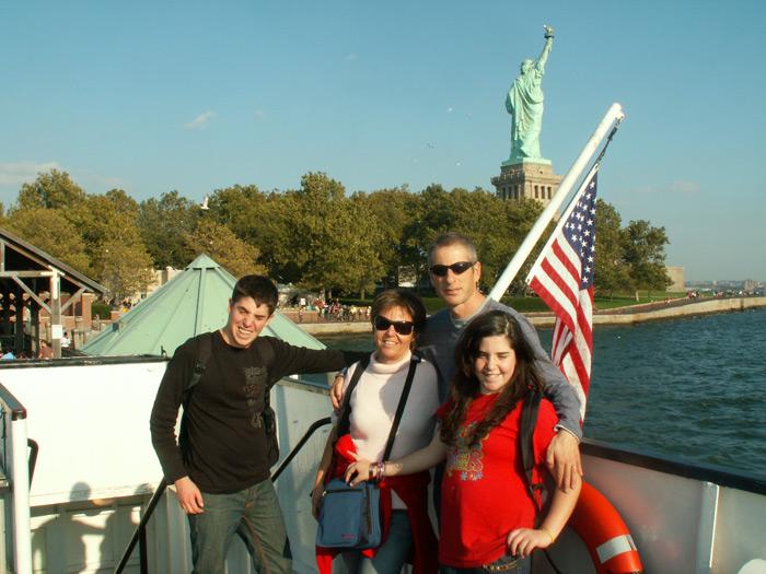 משפחה ליד פסל החירות
