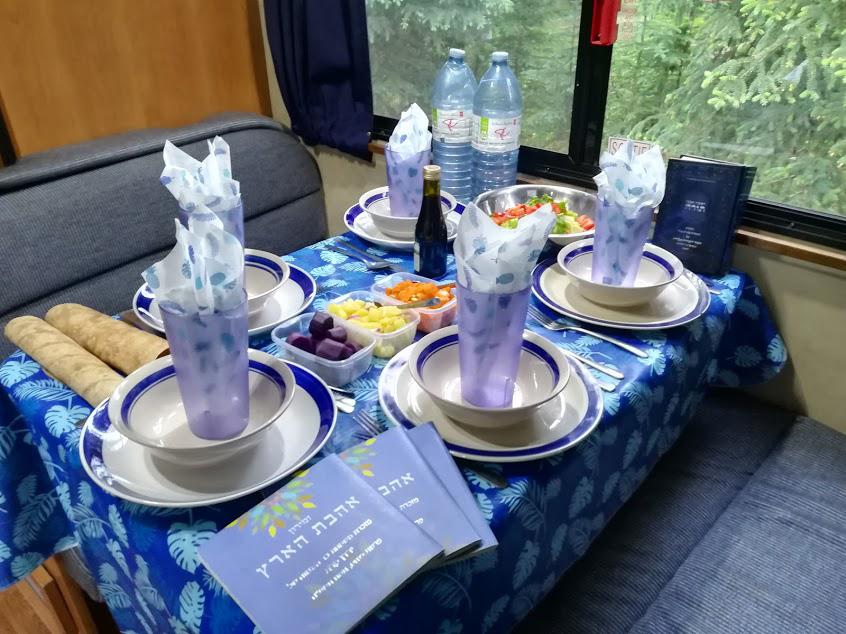 """שולחן שבת בטיול קרוואנים בחו""""ל"""