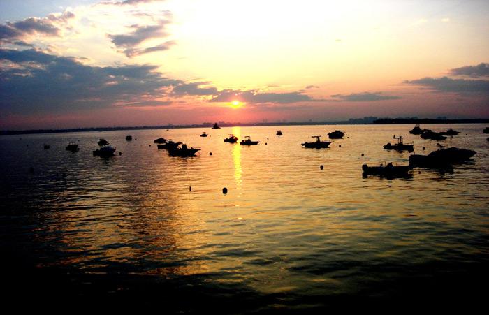 שקיעה מדהימה על אחד מאגמי מישיגן